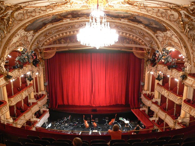 Graz_Opernhaus_Zuschauerraum_Blick_zur_Bhne