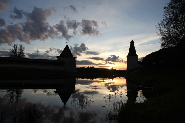 uec_ru_pskov_krom_bloskaya_bashnya_and_resurrection_tower_where_pskov_r_meets_great_r_at_sunset_31_august