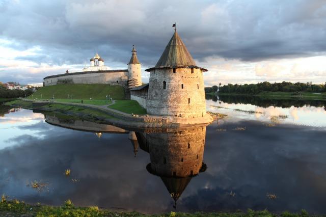 uec_ru_pskov_krom_bloskaya_nearest_bashnya_where_pskov_r_meets_great_r_at_sunset_31_august